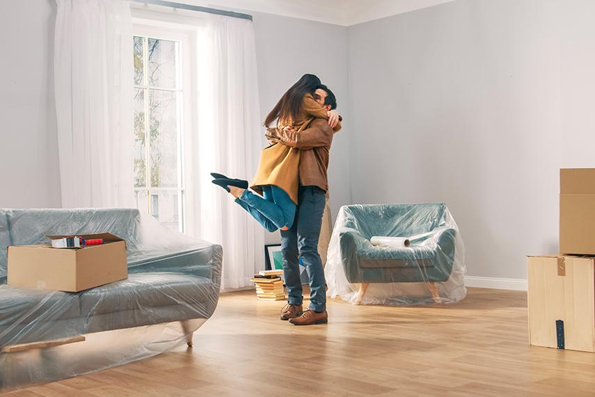 Coppia felice nel loro nuovo appartamento