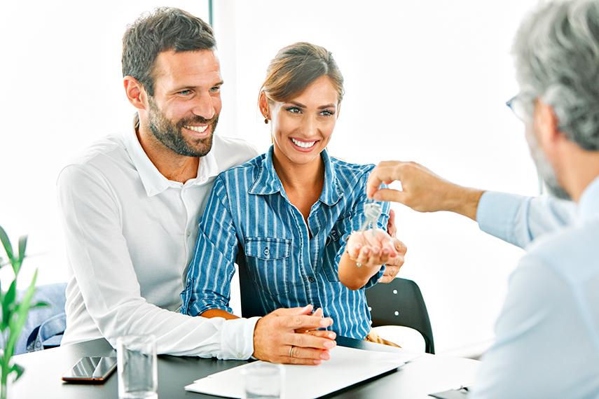 Giovane coppia compra casa grazie all'agenzia immobiliare