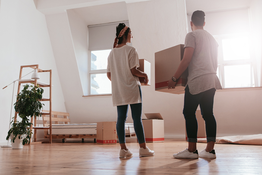 Giovane coppia entra nel loro nuovo appartamento in affitto