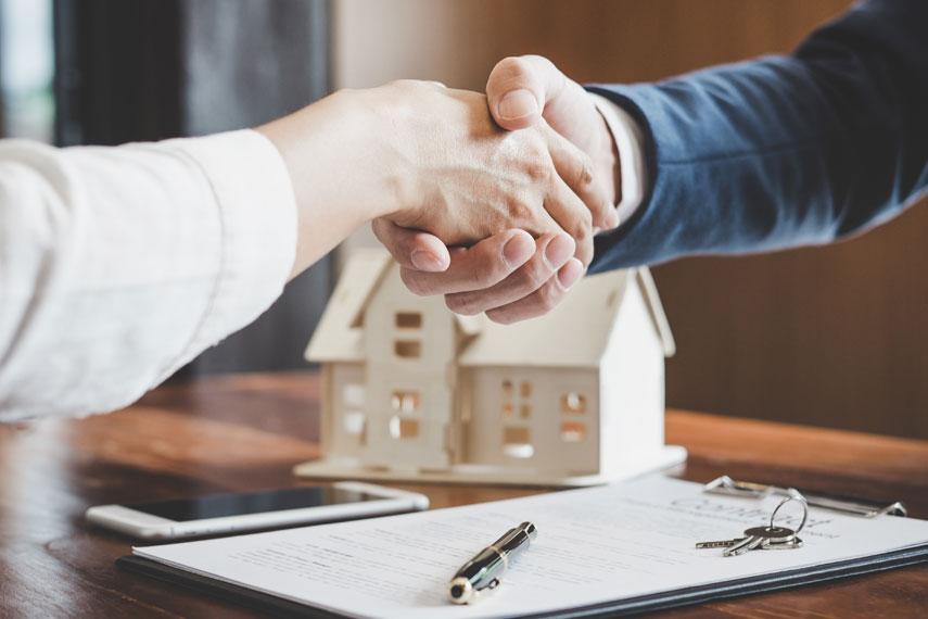 Stretta di mano tra agente immobiliare e cliente