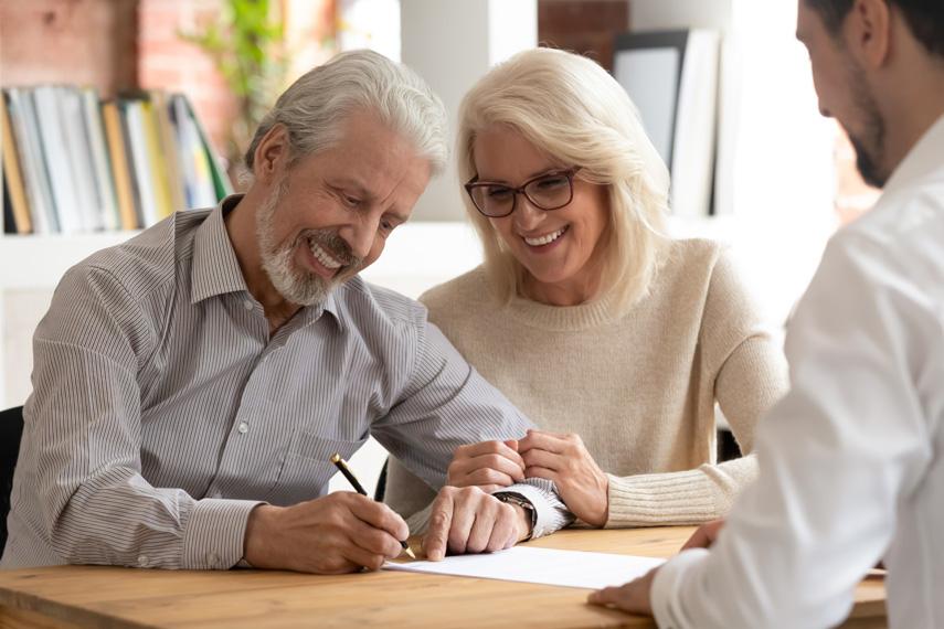 Coppia firma il preliminare di compravendita con l'agente immobiliare