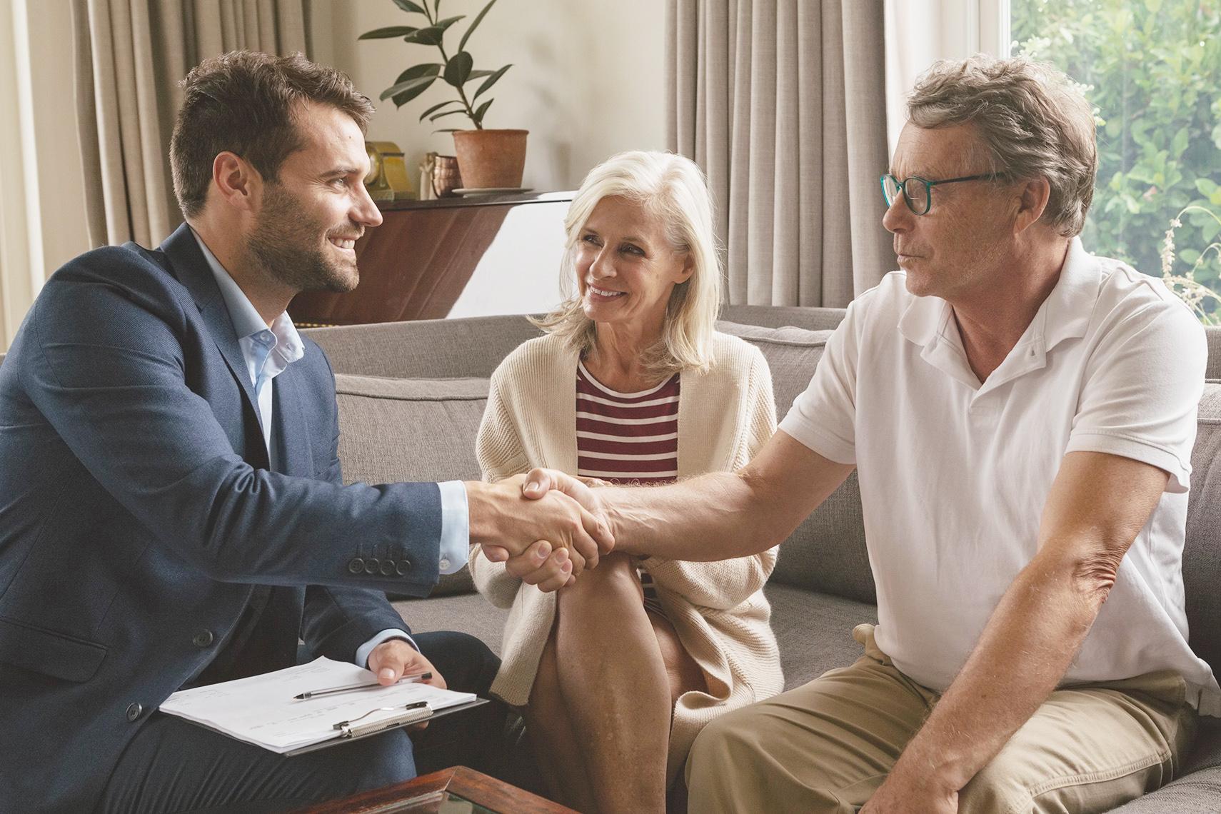 Agente immobiliare stringe la mano ad alcuni clienti