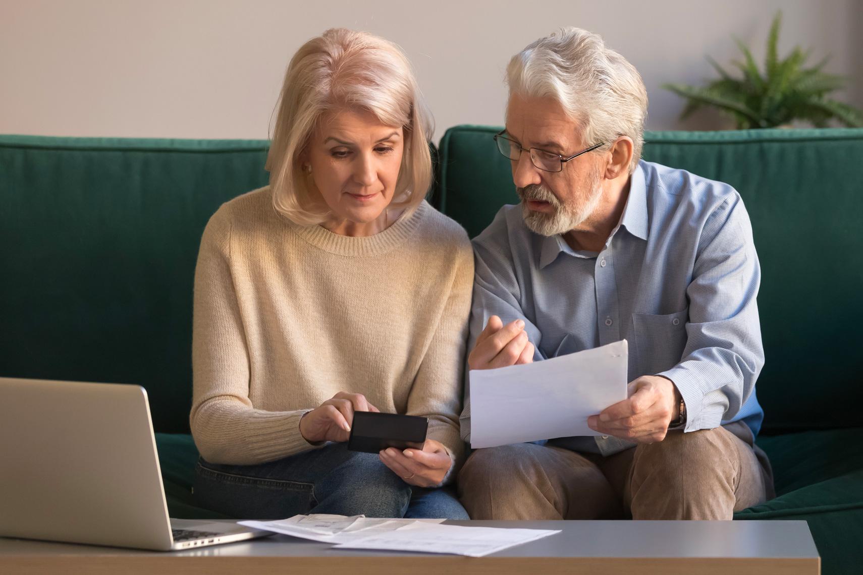 Coppia calcola le percentuali di provvigione per la vendita immobiliare