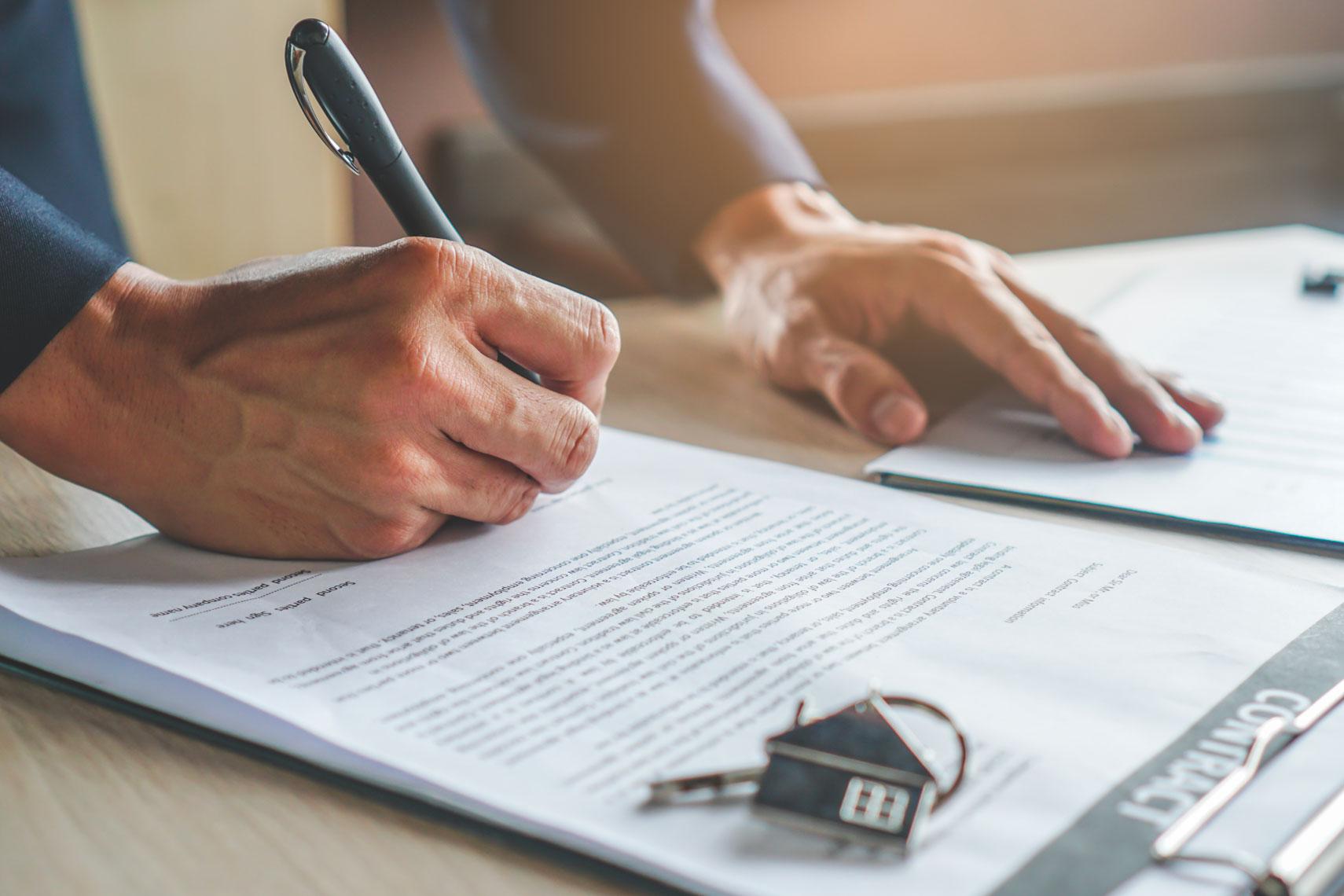 Agente immobiliare firma contratto di affitto