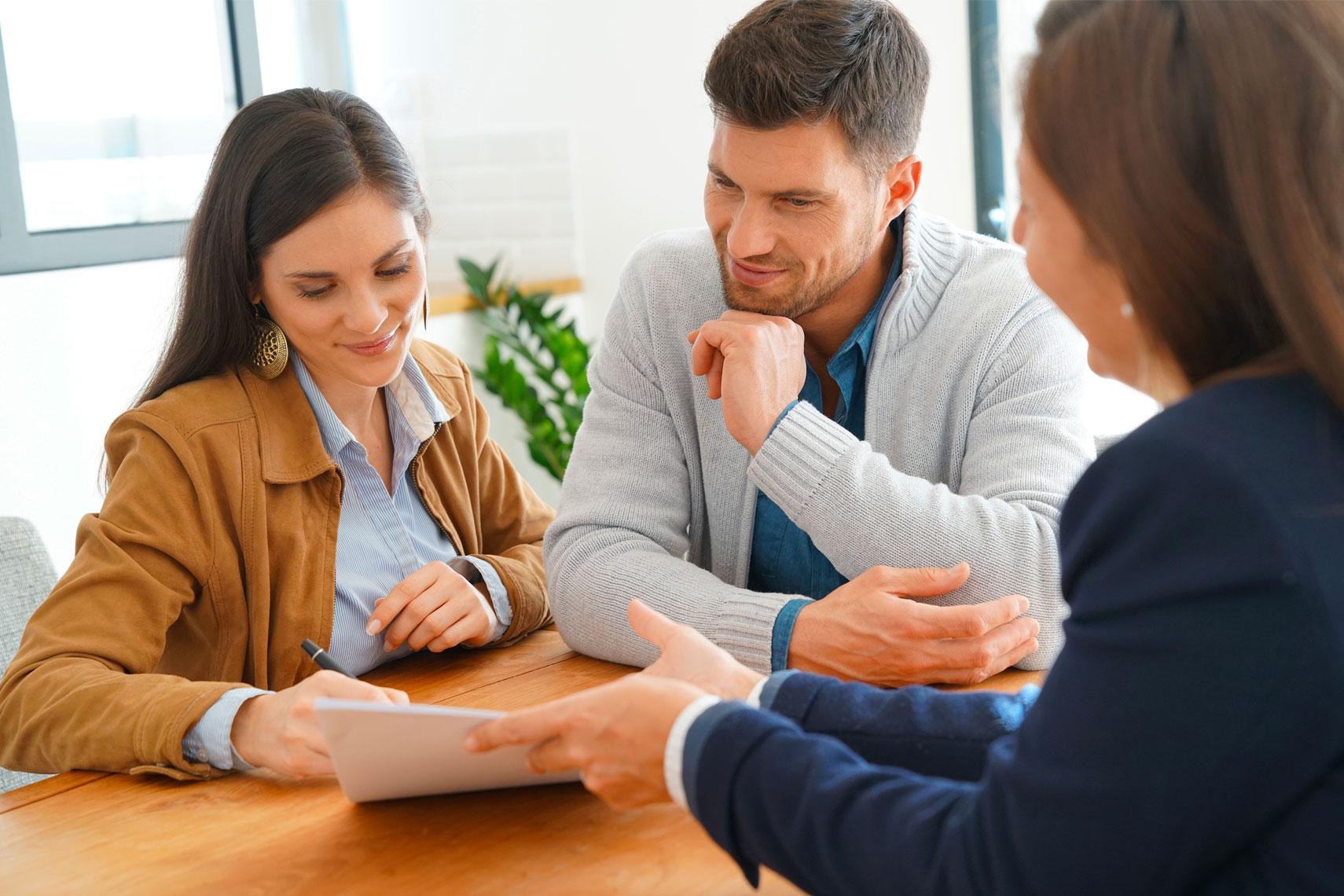 Giovane Coppia e agente immobiliare